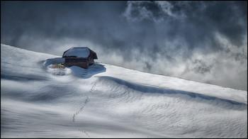 Winterruhe / Schneewehen im Naturpark Gantrisch, Schweizer Alpen.